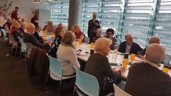 im Digitalen Lernzentrum Berlin von Facebook werden auch Fragen zum Smartphone-Kauf beantwortet.