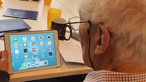 geistig fitter 91-jähriger Teilnehmer unserer Versilberer-Runde kam mit Tablet und Smartphone
