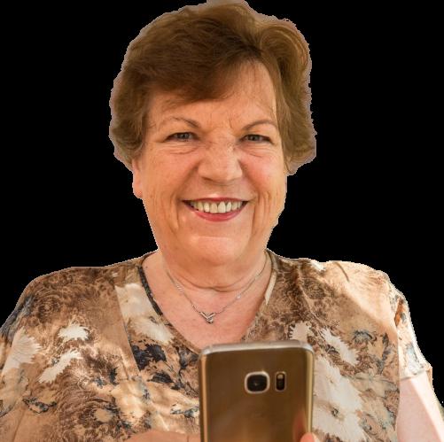 Roswitha Uhde mit Smartphone