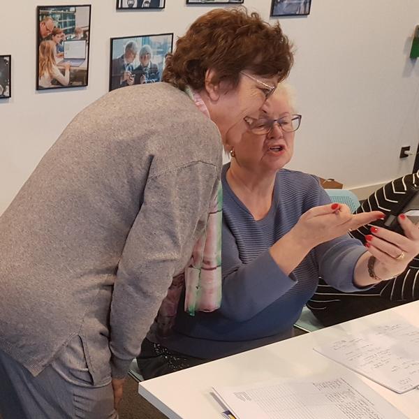 Roswitha Uhde - DIE Mut-Macherin für 60+ gibt Smartphone-Unterricht